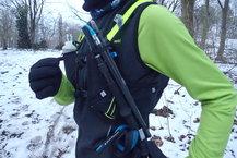 Aonijie Ultra+ 5L: Aonijie Ultra+ 5L: Posibilidad de cargar un bastón a cada lado, para fácil acceso en carrera.