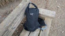 Arc'teryx Norvan 14 Hydration Vest: Arc'teryx Norvan 14 Hydration Vest, cierre superior original.