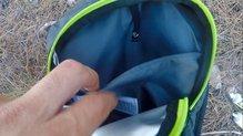Asics Fujitrail Speed BackPack: Zona interior dividida en la Asics Fujitrail Speed Backpack.