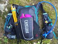 Camelbak Ultra 10 Vest: Camelbak Ultra 10 Vest, cargada hasta los topes con bolsa de hidratación.