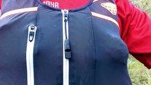 Dynafit Alpine Running Vest: Silbato en la cuerda de la cremallera de la Dynafit Alpine Running Vest