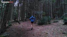 Dynafit Alpine Running Vest: Llevando una chaqueta polar y el ajuste de la Dynafit Alpine Running Vest se mantiene sin agobios