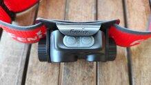 Fenix HM65R-T vista de la lengueta de bloqueo anti encendido en posición neutra.