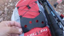 Ferrino Desert Kat: En la parte trasera, este accesorio nos permite llevar un cortavientos colgado para que se seque
