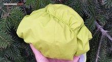 Haglöfs Gram Comp Jacket: Plegada sobre su capucha y tensor.