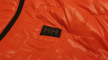 Helly Hansen Lifaloft Hooded Insulator Jacket: Detalle del logo en el pecho
