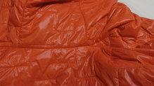 Helly Hansen Lifaloft Hooded Insulator Jacket: El tejido en la zona de la espalda sigue perfecto después de haver cargado con la mochila. La chaqueta aguanta bien el roce