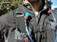 Kalenji Mochila Trail: Unas correas rojas permiten sujetar la tetina y evitar movimientos del tubo