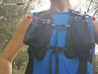 Kalenji Mochila Trail: Detalle de las correas de ajuste bajo los hombros y en el pecho.