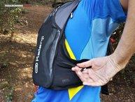 Kalenji Mochila Trail: El acceso a los bolsillos laterales no resulta muy cómodo.