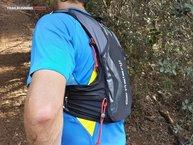 Kalenji Mochila Trail: Detalle de los bolsillos laterales y de los elásticos que constituyen el portabastones.