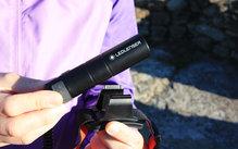 Ledlenser H8R: Detalle del sitema de clip que sujeta la bateria del Led Lenser H8R