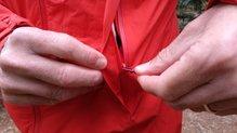 Montane Minimus Stretch Ultra Jacket: MONTANE MINIMUS STRETCH ULTRA: cremalleras de caldidad y buenos solapes para garantizar la impermeabilidad. El cordino resulta muy cómodo de utilizar