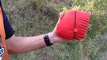 Montane Minimus Stretch Ultra Jacket: MONTANE MINIMUS STRETCH ULTRA: .., resulta mucho más cómodo plegarla en la capucha y sujetarla con el tensor de la misma
