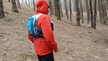 Montane Minimus Stretch Ultra Jacket: MONTANE MINIMUS STRETCH ULTRA: con la mochila por fuera de la chaqueta