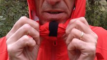 Montane Minimus Stretch Ultra Jacket: MONTANE MINIMUS STRETCH ULTRA: detalle de microfibra para hacer agradable el tacto del cuello con la barbilla