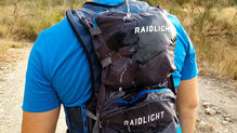 RaidLight Revolutiv 12L: La impermeabilidad de los bolsillos de la RaidLight Revolutiv 12L es buena, pero la cremallera y las costuras no estan sellada