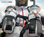 RaidLight Ultra Vest Olmo 12 L: Los bidones situados en posición delantera permiten, además de acceder instantáneamente al agua, equilibrar el balanceo de la mochila.