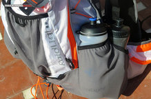 RaidLight Ultra Vest Olmo 12 L: La capacidad de la rejilla exterior permite llevar allí gran cantidad de bidones suplementarios.