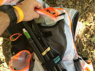 RaidLight Ultra Vest Olmo 5 L: Raidlight Ultra Vest Olmo 5L: bastones cruzados y bolsillo superior
