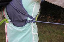 Ronhill Nano 3L Vest: Detalle del nudo que hemos hecho en la Ronhill Nano 3L Vest para evitar el agrandamiento de las correas en la zona lateral