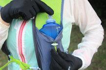 Ronhill Nano 3L Vest: Un soft flask de mayor capacidad (500ml) cabe perfectamente en los bolsillos delanteros de la Ronhill Nano 3L Vest