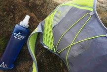 Ronhill Nano 3L Vest: Detalle de la rejilla verde y gris dónde se puede observar la extrema transpirabilidad de la Ronhill Nano 3L Vest