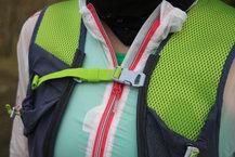 Ronhill Nano 3L Vest: Detalle de las correas ajustables de la parte delanera de la Ronhill Nano 3L Vest