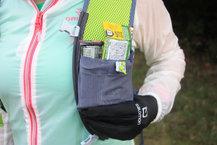 Ronhill Nano 3L Vest: La Ronhill Nano 3L Vest tiene una goma eslástica situada encima del bosillo posterior y permite llevar colgado un cortavientos