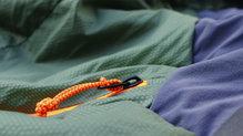 Salewa Pedroc Hybrid Alpine Wool Hood Jacket: Las cremalleras incorporan un cordino para poder ser utilizadas con guantes