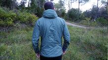 Salewa Pedroc Hybrid Alpine Wool Hood Jacket: La chaqueta se adapta muy bien al cuerpo del corredor para aportar comodidad y libertad de movimientos