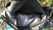 Salomon Agile 12 Set: Salomon Agile 12 Set: detalle del bolsillo para deposito liquido en la espalda