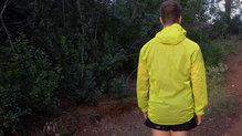 Salomon Bonatti Race WP Jacket: Por detrás, es un poco más larga la chaqueta para protegernos más de la lluvia