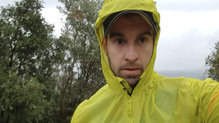 Salomon Bonatti Race WP Jacket: La capucha permite llevar gorra dentro