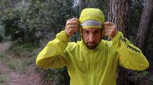 Salomon Bonatti Race WP Jacket: La goma hace que se quede bien ajustada a nuestra frente la capucha