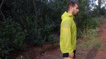 Salomon Bonatti Race WP Jacket: Es una chaqueta ancha que nos permite llevar una mochila dentro que queda protegida de la lluvia