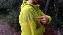 Salomon Bonatti Race WP Jacket: En la manga derecha, Salomon ha incorporado elementos reflectantes para nuestra seguridad