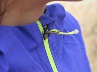 Salomon Bonatti WP Jacket W: Salomon Bonatti WP: protección cuello-barbilla con cremallera subida y goma en la hebilla