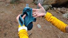 """Salomon Pulse Handheld: Salomon Pulse HandHeld: diseño trabajado. """"Mochila"""" con sus tirantes y arneses para llevar en la mano"""