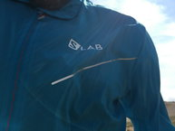 Salomon S-Lab Light Jacket: Salomon S-lab Light Jacket: detalle reflectante frontal