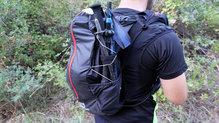 Salomon S-Lab Peak 20: Los palos se pueden colocar perfectamente en la parte posterior de la mochila