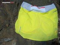 Salomon S-Lab Sense Skort: La falda  Salomon S-Lab Sense Skort   dispone de unos orificios perforados con laser en zonas estratégicas más propensas a sudar. Aquí podemos ver las de la zona posterior.