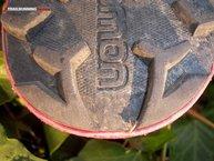 Salomon Speedcross Pro W: La zona del talón de la suela de las Salomon Speedcross Pro W acaba con dos tacos con forma de media flecha para una mayor tracción en bajadas.