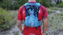 Ultimate Direction Adventure Vest 4.0: El bolsillo trasero lleva un material impermeable que protege un poco del agua