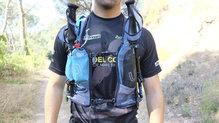 Ultimate Direction Adventure Vest 4.0: El sistema para llevar los palos lo hemos utilizado en los momentos donde hemos querido correr sin ellos
